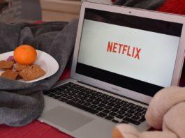 Ordenador con la palabra Netflix en la pantalla