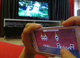 Niña jugando un juego en línea