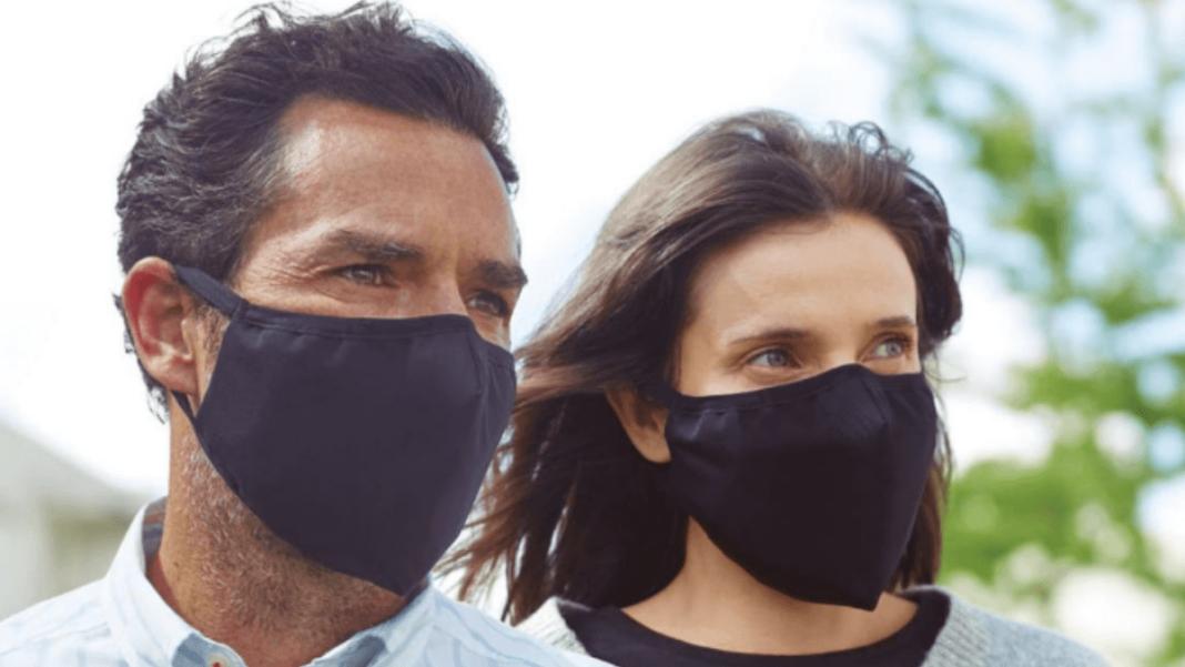 hombre y mujer usan mascarilla color negro